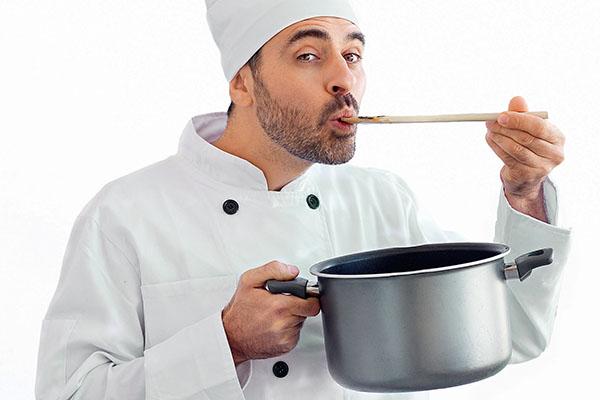 Повар пробует соус