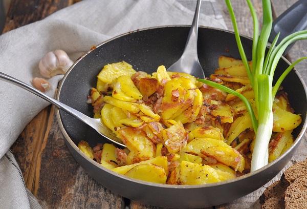 Сковорода с жаренной картошкой