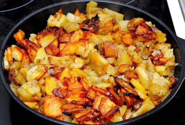 Картофель с луком и специями